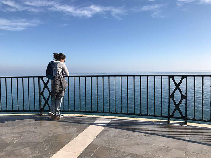 Universo mostrado con mujer y horizonte